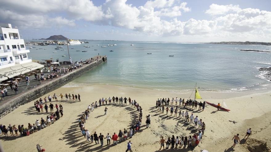 SOS en la concentración de la 'Flota Sandía' en Corralejo | Save Canarias