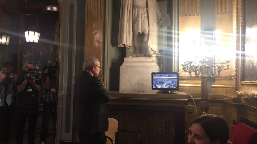 El expresident José Montilla observa fuera del pleno del Senado la votación del 155