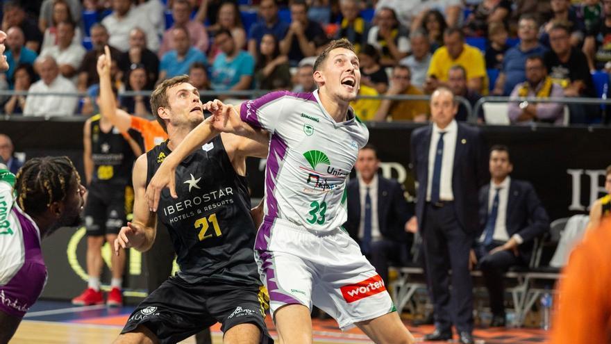 Tim Abromaitis, peleando por un balón frente al Unicaja