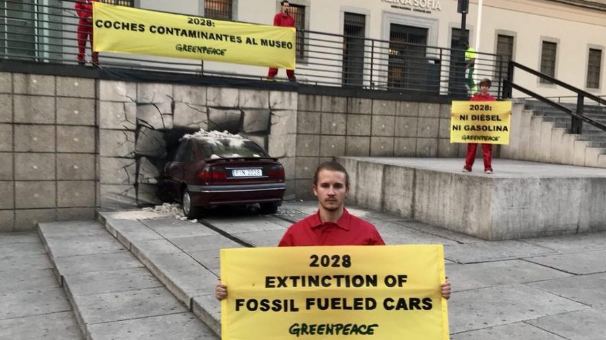 Activistas de Greenpeace en una acción frente al Museo Reina Sofía