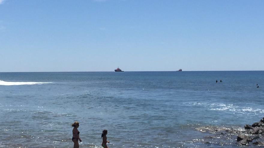 Buques realizando vigilancia en la zona de Meloneras, en Gran Canaria. (CANARIAS AHORA)