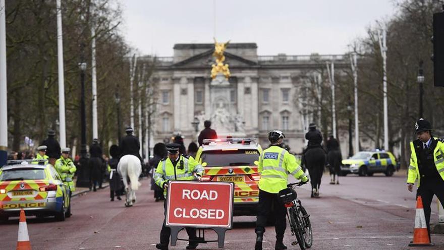 Agentes de policía en los alrededores del palacio de Buckingham, en Londres, Reino Unido