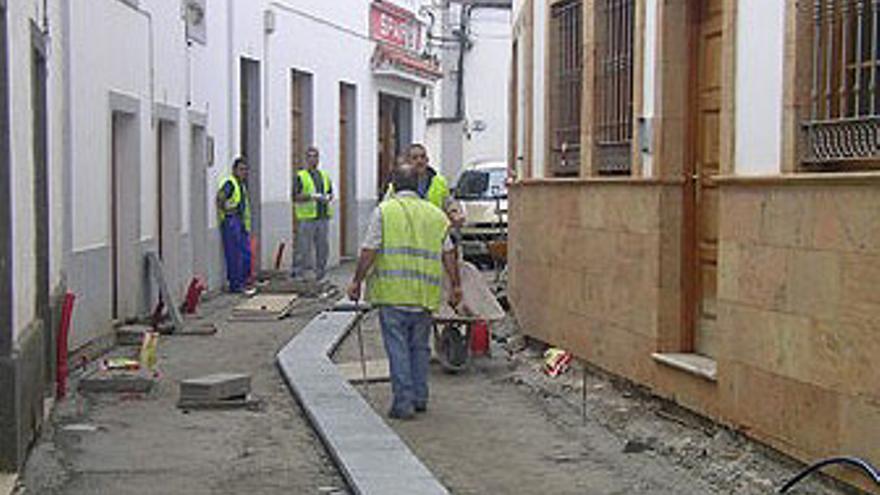 Obreros trabajan en la repavimentación de una calle del municipio de Teror, en Gran Canaria. (CANARIAS AHORA)