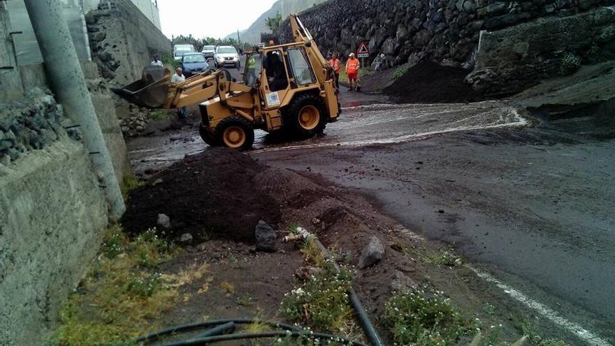 Personal del Ayuntamiento y del Cabildo, con una pala mecánica, retiraron de la carretera de El Remo el material arrastrado por el agua de lluvia. Foto: Facebook de Noelia García.