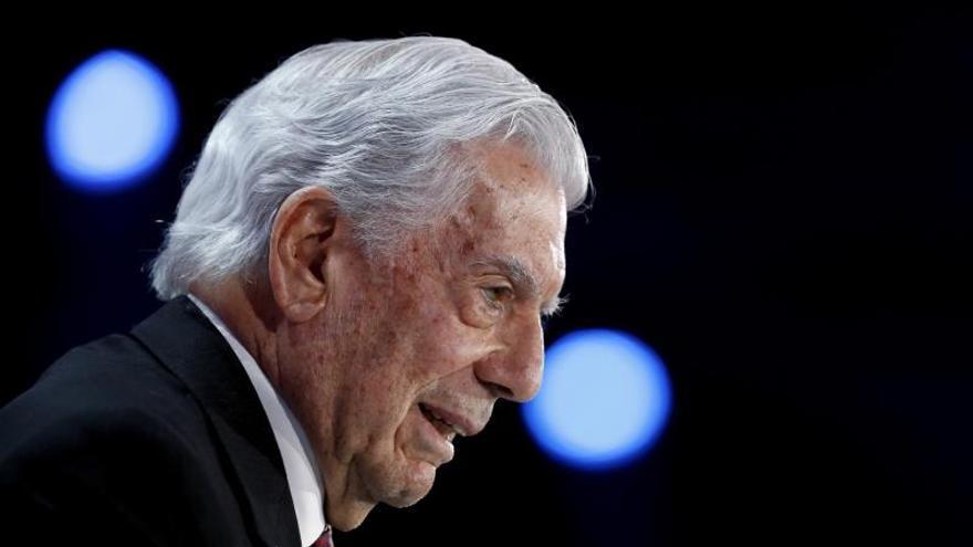 """Vargas Llosa abandona el Pen Club por apoyar """"el golpe de Estado"""" en Cataluña"""