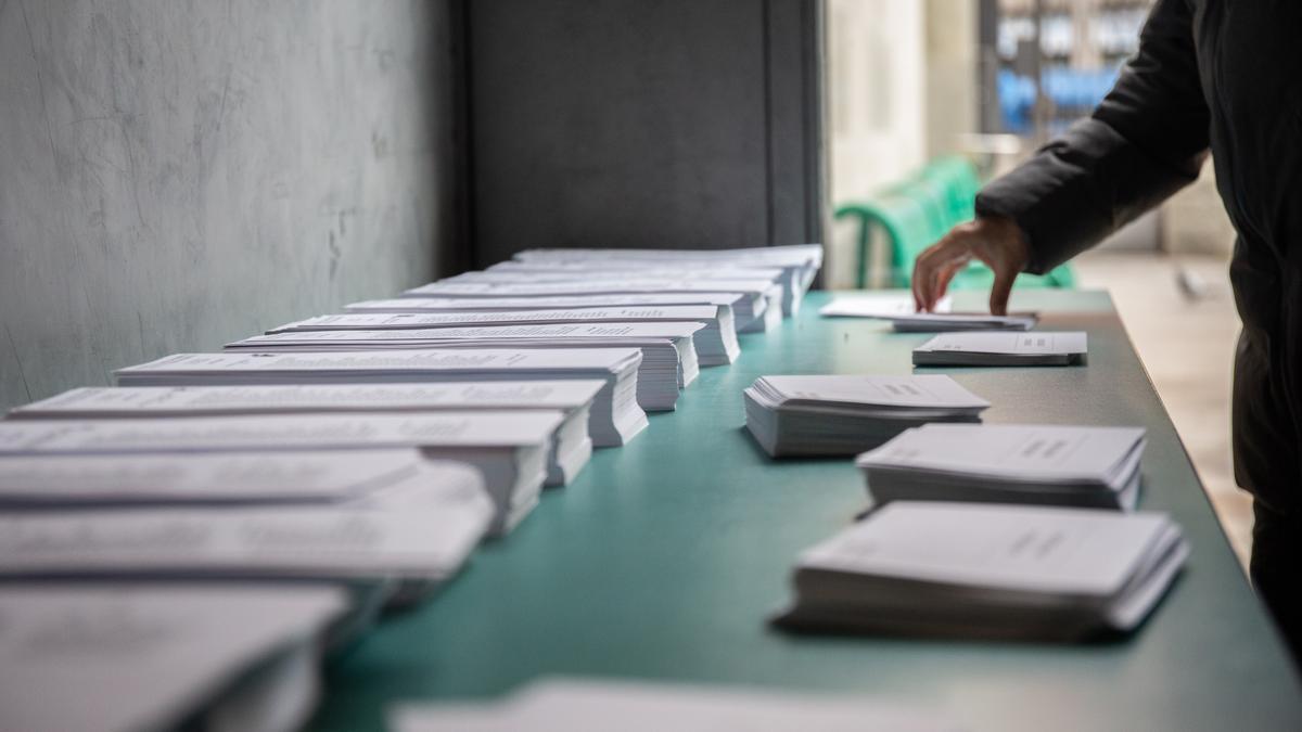 Papeletas electorales en un colegio en Barcelona.