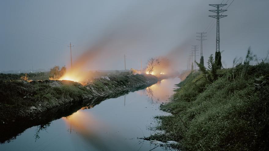 Los residuos electrónicos se acumulan a las orillas del río Lian, en China (Foto cedida por Valentino Bellini)