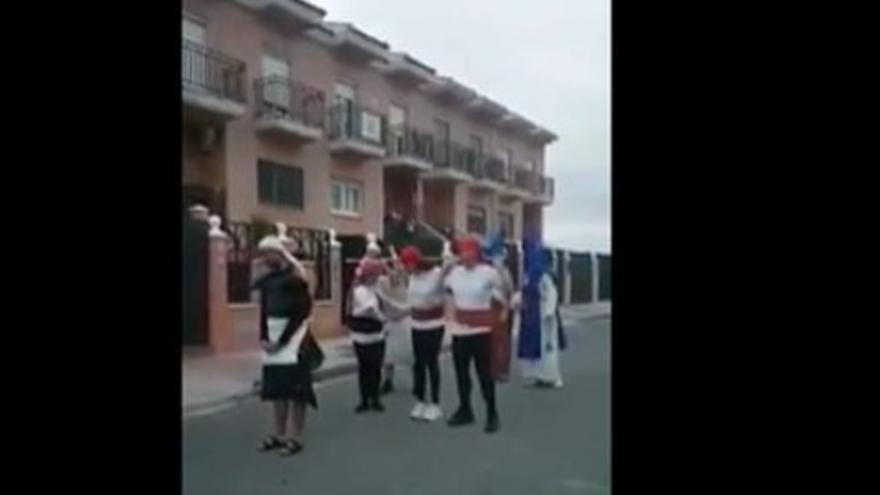 Un momento de la procesión simulada realizada por nueve vecinos de Mérida