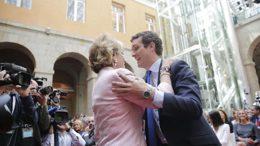 Esperanza Aguirre saluda a Pablo Casado en la celebración del Dos de Mayo