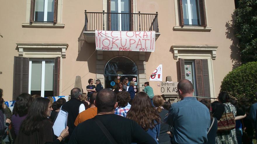 Un grup de treballadors, davant el rectorat de la universiat.