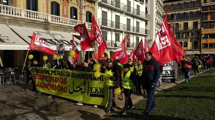 Manifestación del sindicato LAB en Pamplona en apoyo de los huelguistas de Huerta de Peralta.
