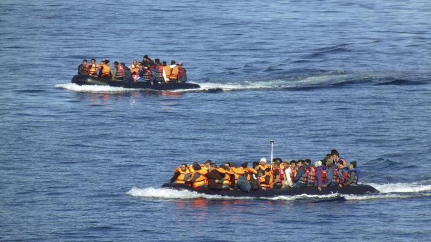 Vista de la llegada de refugiados en pateras a las costas de la isla de Lesbos, Grecia en noviembre de 2015, tras cruzar el mar Egeo desde Turquía.