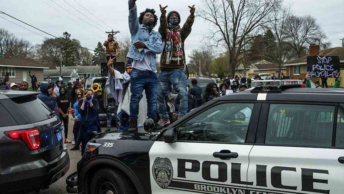 Los manifestantes se congregaron frente a la estación policial de la localidad de Brooklyn Center.