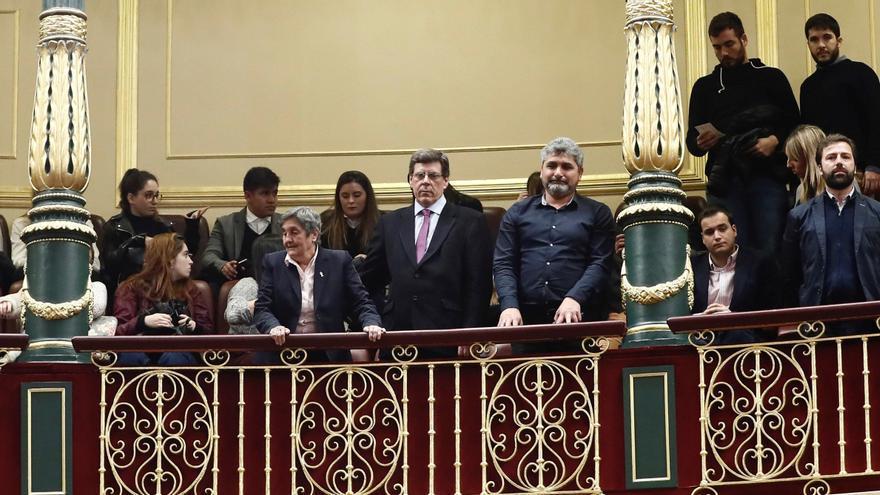 Familiares de jóvenes asesinados, en la tribuna del Congreso.