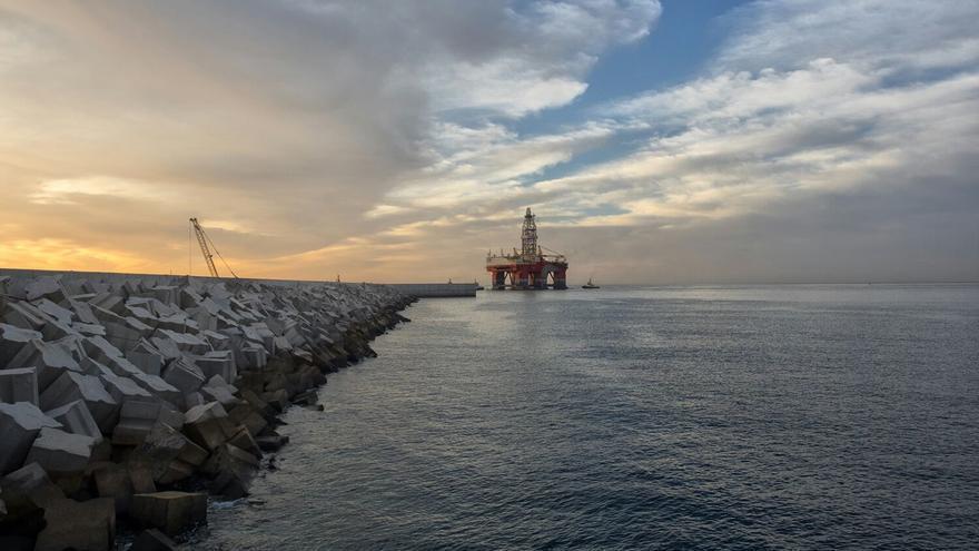 La plataforma petrolífera 'West Leo' llega a la zona de atraque del puerto de Granadilla