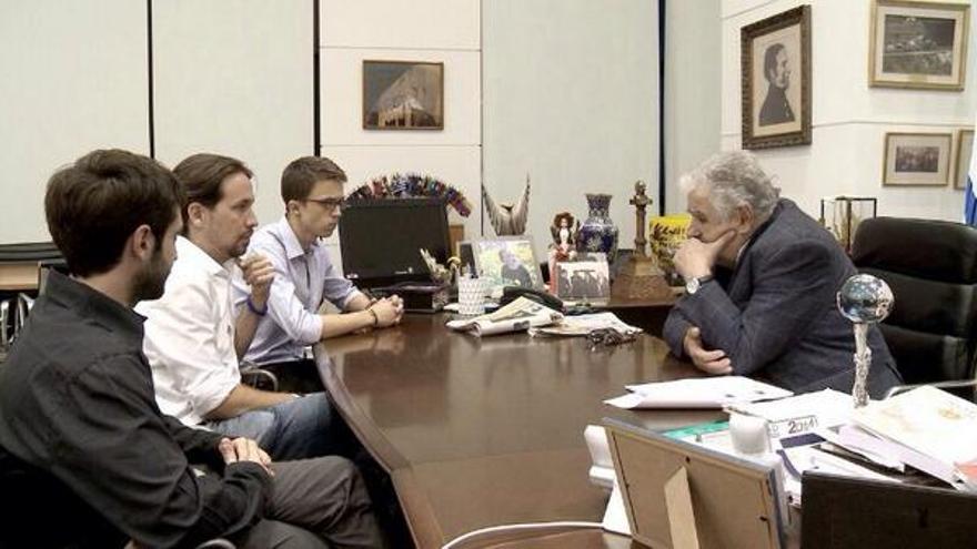 El presidente de Uruguay, José Mujica, con Pablo Iglesias, Íñigo Errejón y Pablo Bustinduy
