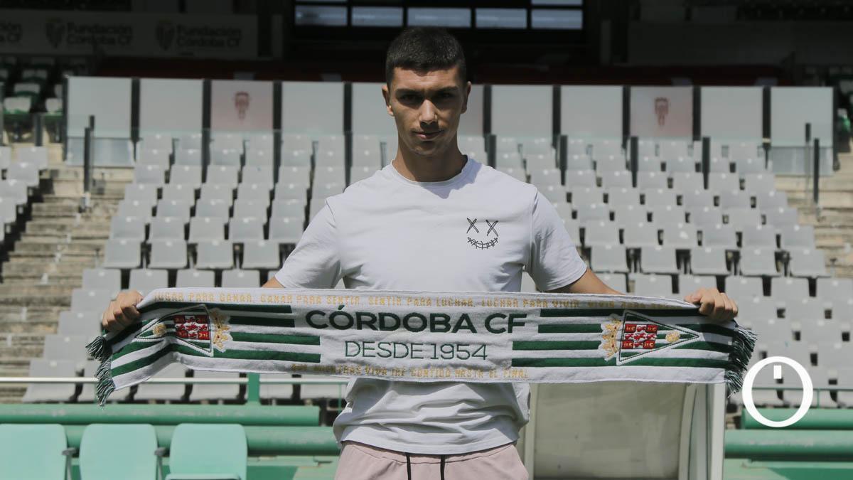Adrián Fuentes posa con la bufanda del Córdoba