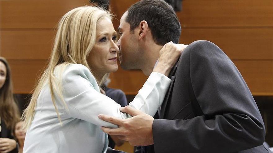 La presidenta regional, Cristina Cifuentes, saluda al portavoz de Ciudadanos, Ignacio Aguado.