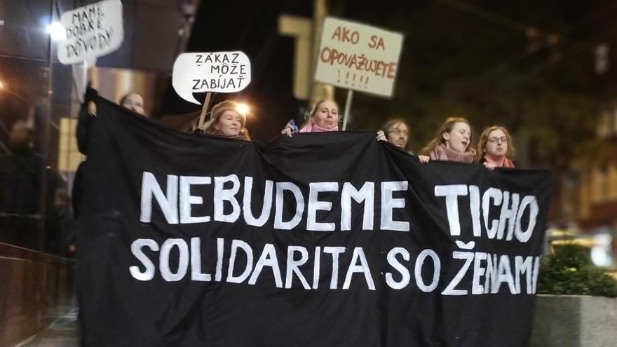 """Mujeres eslovacas manifestándose bajo el lema """"Nebudeme Ticho"""" (no nos quedaremos calladas)"""