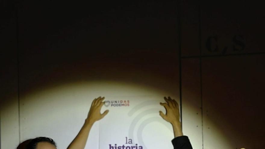 José Luis Cabrera (d), candidato de Unidas Podemos al Senado por La Palma, en la noche de este viernes, en la tradicional pegada de carteles.