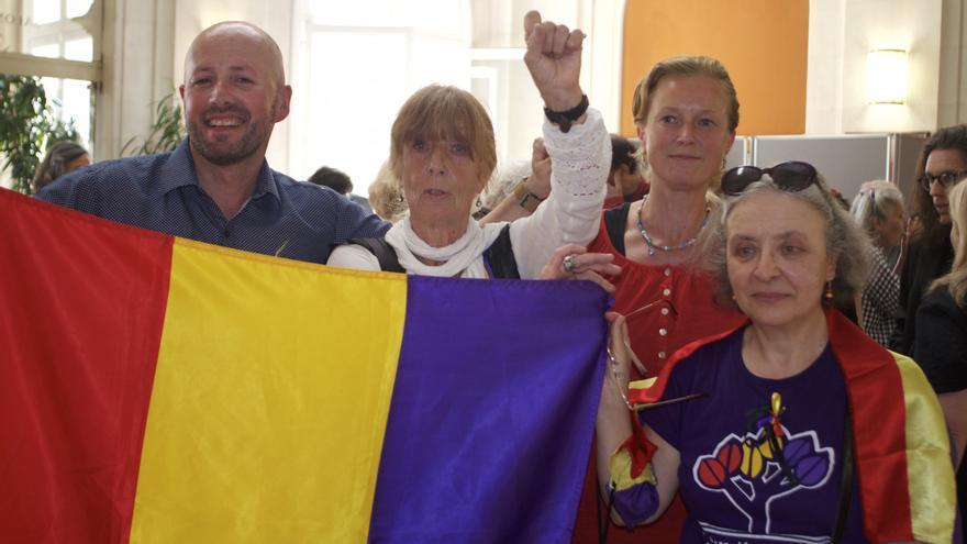 Jehanne y su hija Sarah (en el centro) durante el acto que se celebró en París para homenajear al fotógrafo de Mauthausen