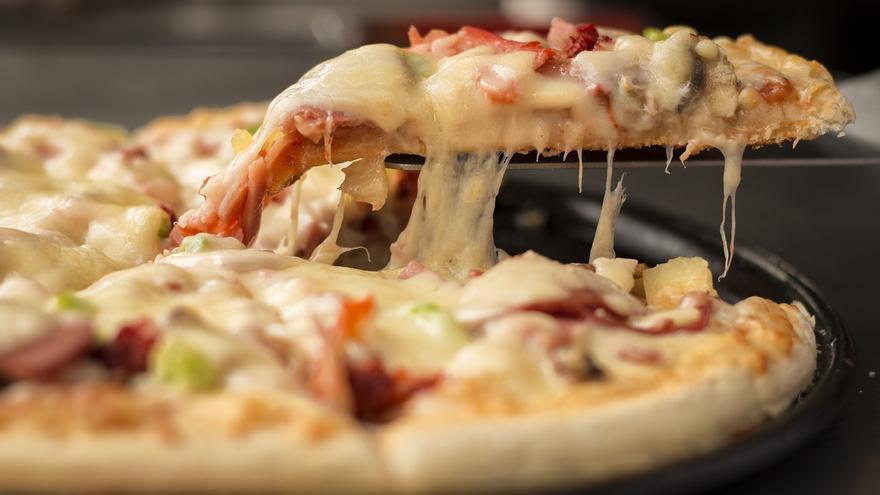 Entre los alimentos que contienen gluten se encuentra la pizza.