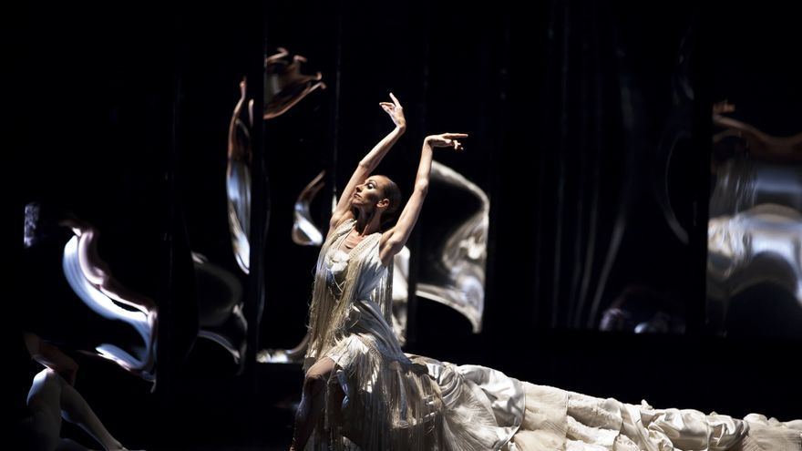 Uno de los momentos de la coreografía 'Tras el espejo'