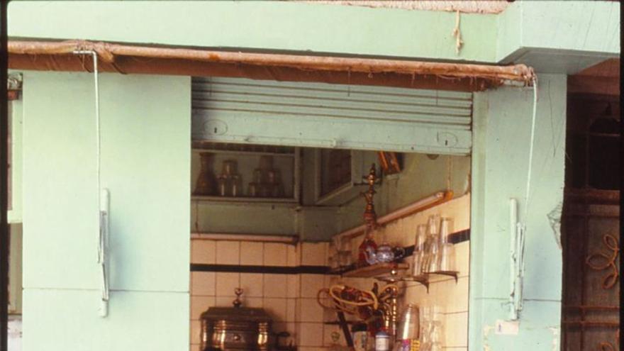 Maluni estudiando al fusha aplicadamente con un técnico de aire acondicionado.