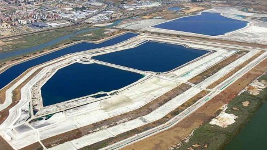 Imagen aérea de las balsas, con la ciudad de Huelva a su izquierda.