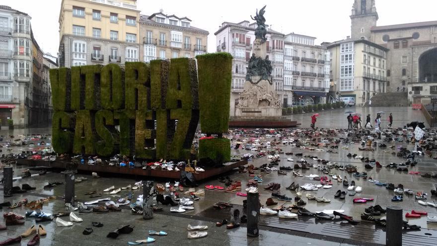 Los más de 6.000 zapatos contra los recortes y por la diversidad y las culturas./ Foto: Gora Gasteiz!
