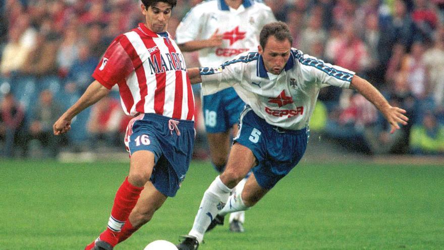 Valerón disputa el balón con Antonio Mata durante un Tenerife-Atlético de Madrid