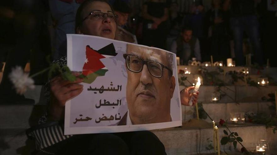El rey jordano visita a la familia del escritor cristiano asesinado esta semana