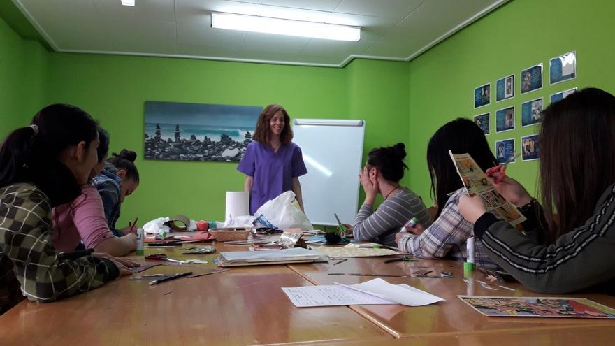 Usuarias de una de las casas de acogida de Albacete realizando un taller.
