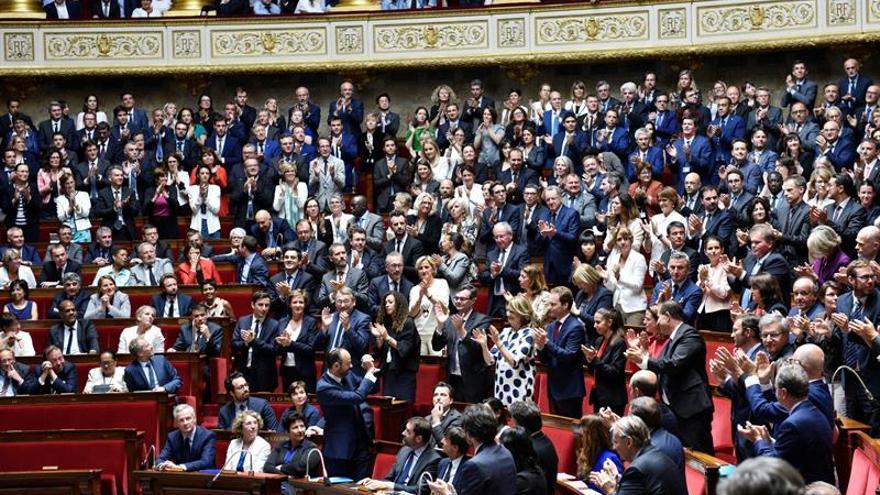 El Gobierno francés promete bajar el gasto público y la presión fiscal