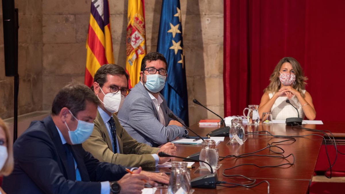 Imagen de archivo de la ministra de Trabajo y Economía Social, Yolanda Díaz, junto al secretario de Estado de Trabajo, Joaquín Pérez Rey, el presidente de la CEOE, Antonio Garamendi (2i), y el de Cepyme, Gerardo Cuerva, en la reunión celebrada en Palma de Mallorca.