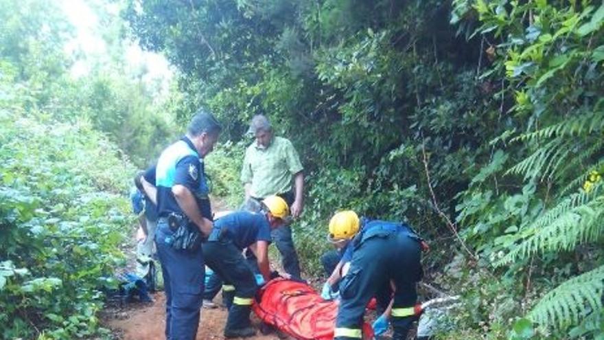 En la imagen, un momento del rescate de la senderista. Foto: BOMBEROS LA PALMA