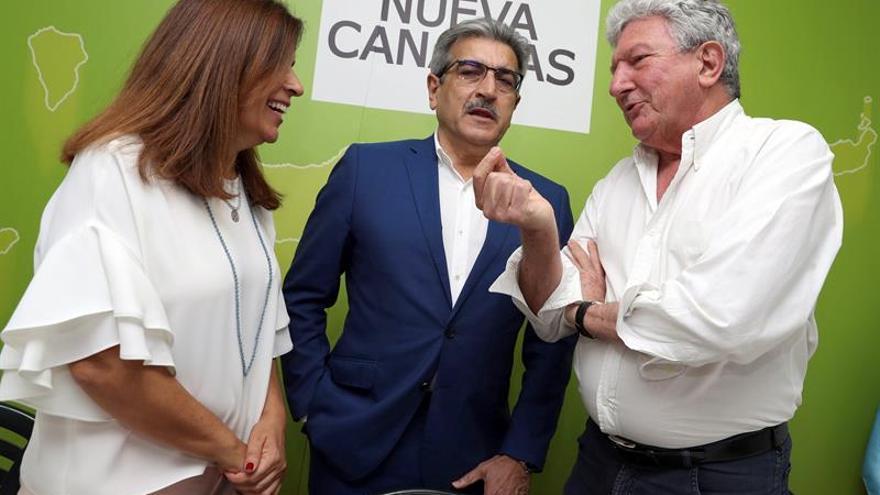 El presidente de Nueva Canarias (NC), Román Rodríguez (c); la vicepresidenta del partido, Carmen Hernández, y el diputado del partido en el Congreso, Pedro Quevedo