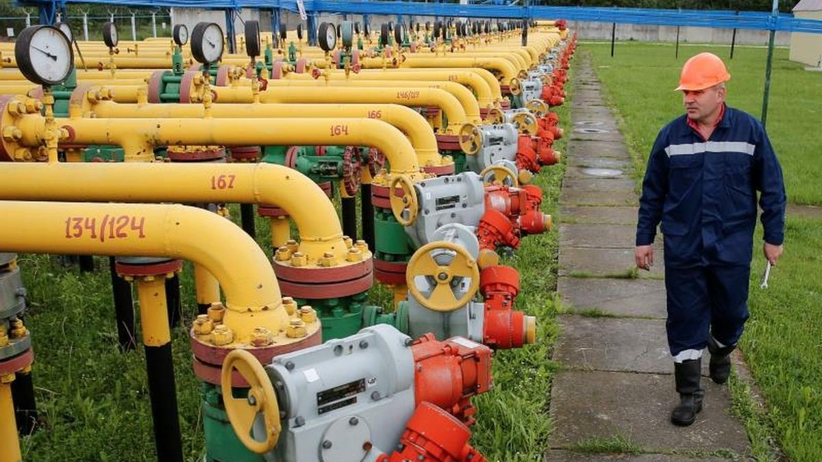 Un operario, en las instalaciones de la central de almacenaje de gas de Dashava, al oeste de Ucrania.