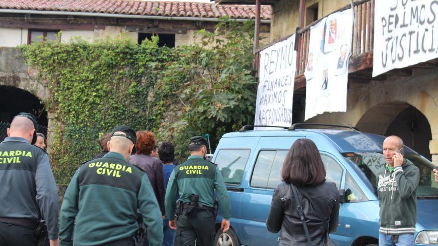 La Guardia Civil entrando al domicilio para iniciar el desahucio que finalmente no se ha producido   MARÍA PÉREZ