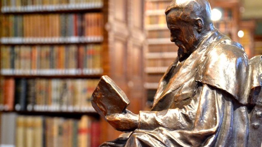 Escultura de Marcelino Menéndez Pelayo en la biblioteca de la Real Academia de la Lengua. | RAE