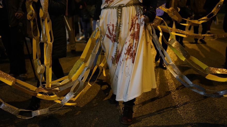 Mujeres encadenadas en la manifestación del 25N por el Día contra la Violencia Machista