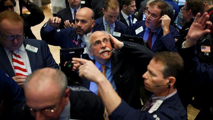 Wall Street amplía las pérdidas y el Dow Jones baja un 0,32 % a media sesión