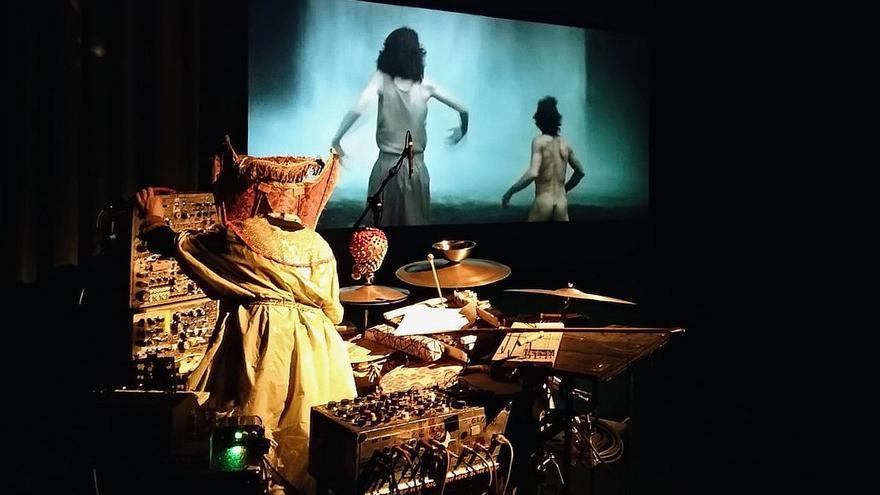 Paddy Steer puso música a la película La Carretera en el Teatro del Mercado.