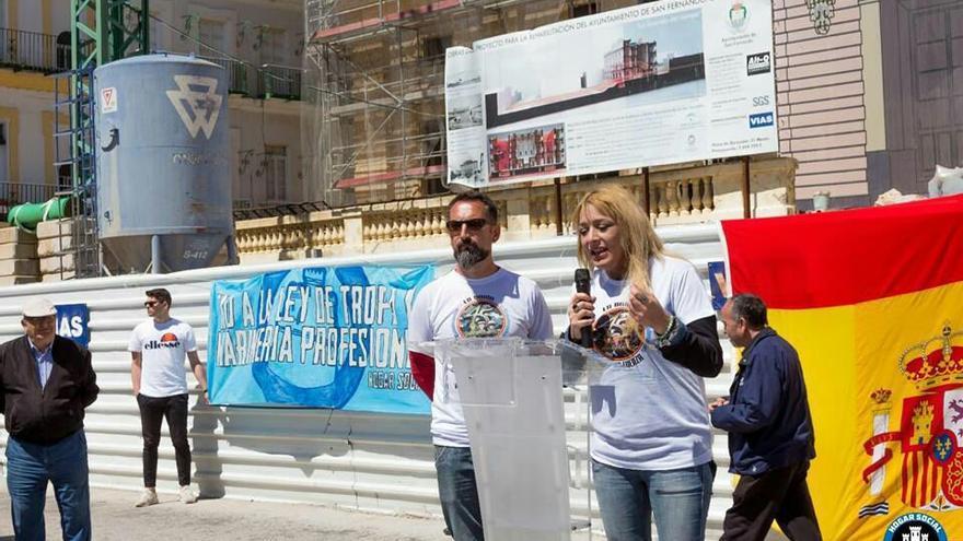 Melisa Ruiz, portavoz del grupo neonazi Hogar Social Madrid, en San Fernando (Cádiz).
