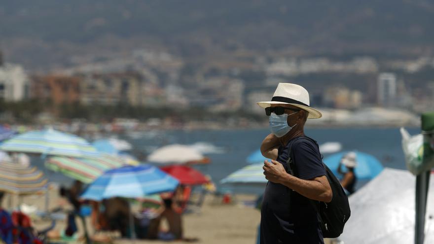 Archivo - Bañistas disfrutan del día en la playa después que el gobierno andaluz decretara el uso de la mascarilla obligatorio en todos los espacios, en las imágenes dichos bañistas en la playa de la Misericordia. Málaga a 15 de julio del 2020