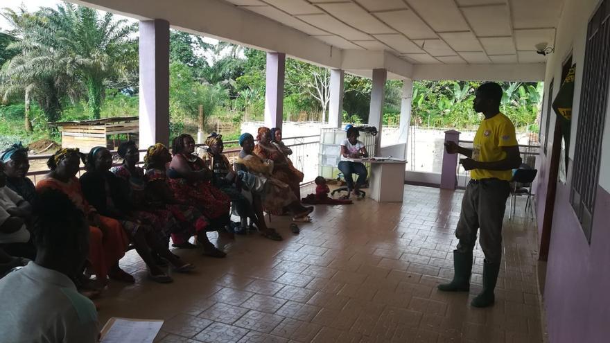Mujeres de la localidad recibiendo clases.