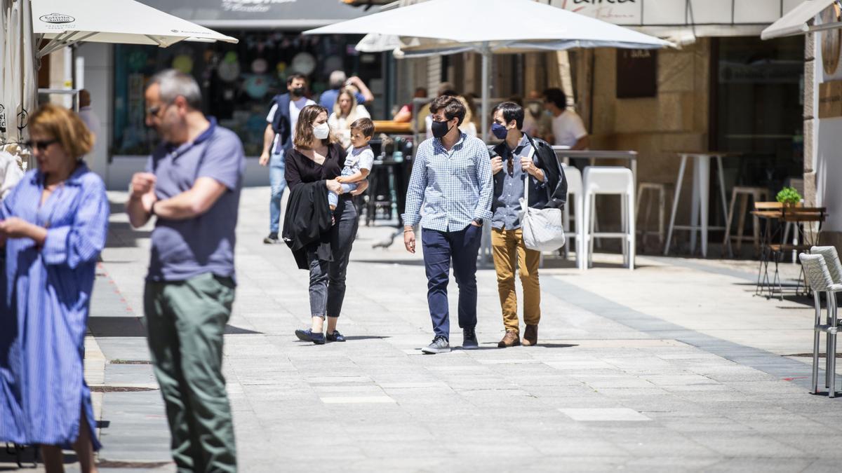 Varias personas pasean con mascarilla