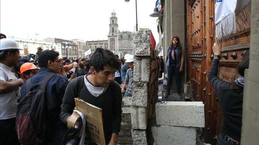 Estudiantes tapian simbólicamente puerta de Secretaría de Educación en México