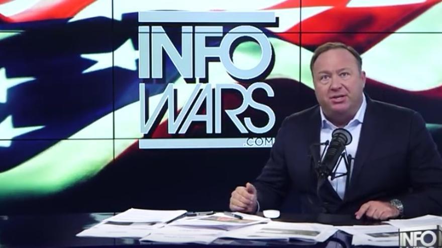 Captura de pantalla de una emisión de Infowars, presentado por Alex Jones // Infowars.com