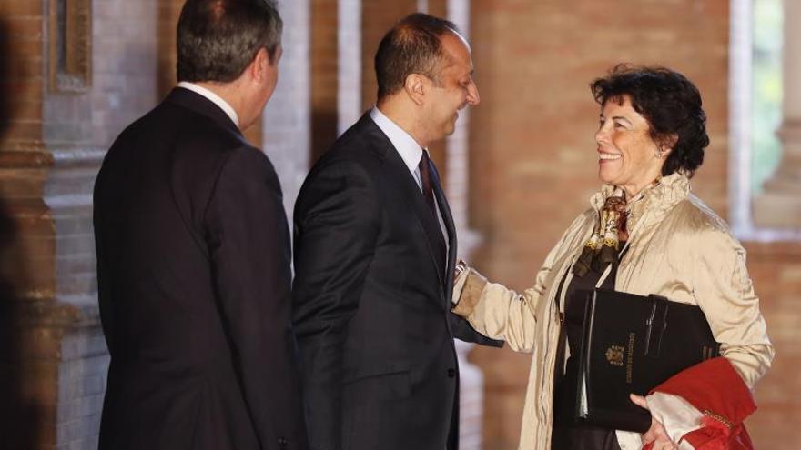 La portavoz del Consejo de Ministras, Isabel Celaá, saluda al delegado del Gobierno en Andalucía.